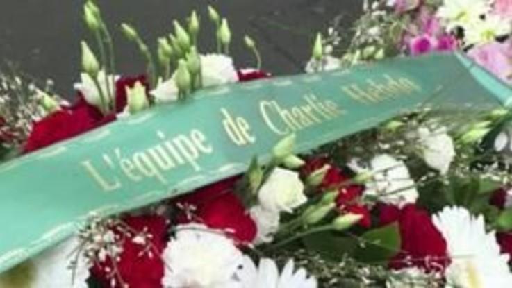 Parigi, fiori alla sede di Charlie Hebdo a quattro anni dalla strage