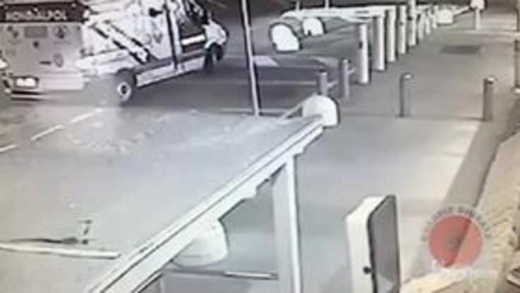Cologno Monzese, il video dell'assalto al furgone portavalori