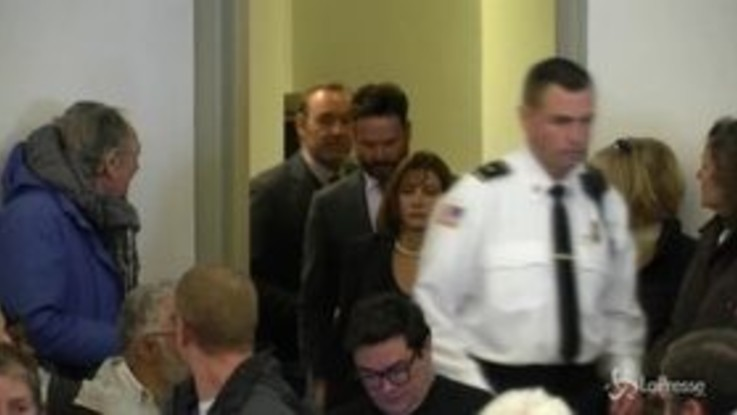 Kevin Spacey all'udienza per aggressione sessuale: libero su cauzione