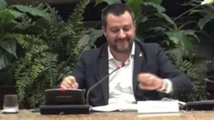 """Gilet gialli, Salvini: """"Un conto è il caro benzina, un altro spaccare le vetrine"""""""
