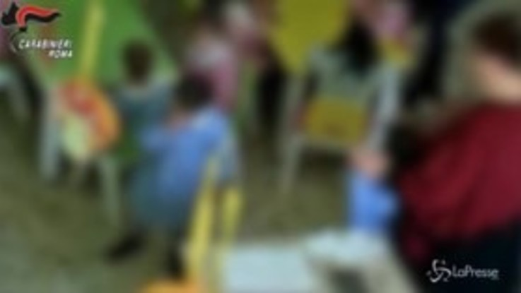 Botte e insulti ai bambini in un asilo ai Castelli romani: le immagini delle telecamere di sorveglianza