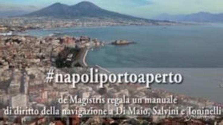 La provocazione di De Magistris: a Di Maio, Salvini e Toninelli tre manuali sul diritto alla navigazione