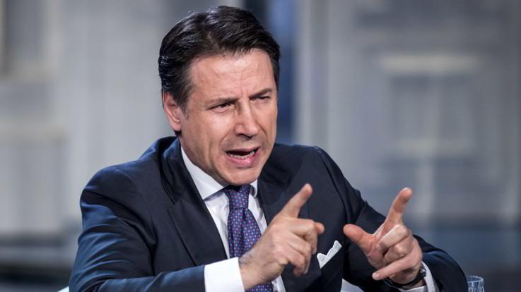 """Migranti, Conte: """"Salvini non li fa sbarcare? Vado a prenderli io in aereo"""""""