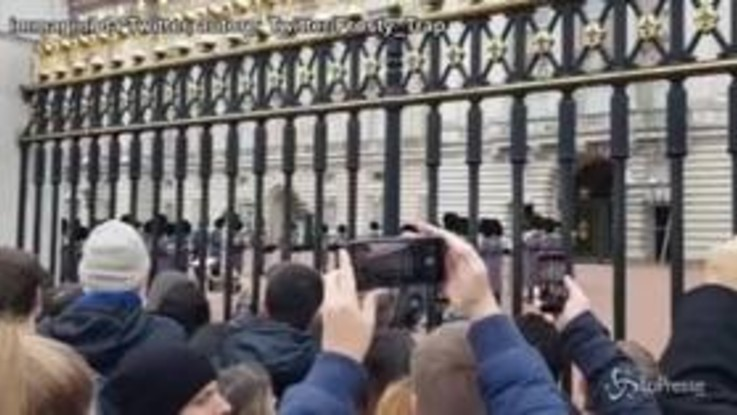 "Queen mania a Buckingham Palace, la Guardia reale suona ""Bohemian Rhapsody"""