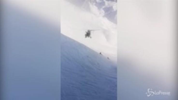 Francia, sciatore recuperato da un elicottero: le spettacolari immagini del salvataggio