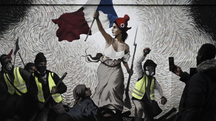 """Parigi, i gilet gialli diventano arte: dipinti in un murale de """"La libertà"""" di Delacroix"""