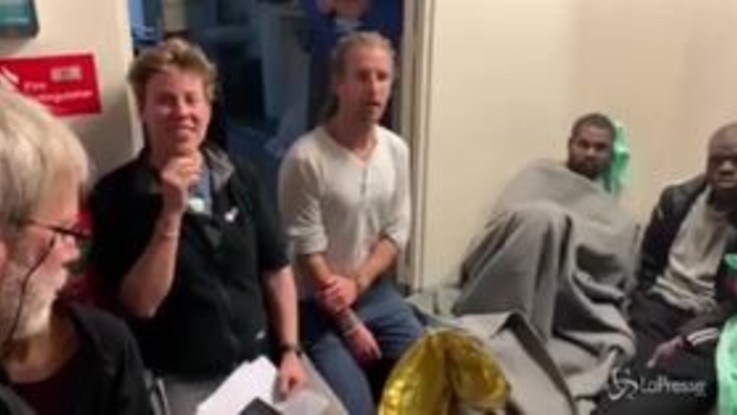 Sea Watch sbarca a Malta: la festa a bordo all'arrivo della notizia