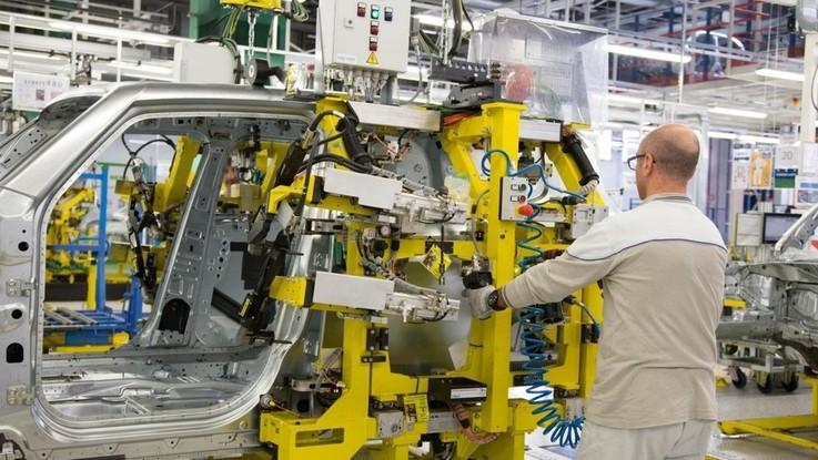 Industria, cala la produzione: -1,6% a novembre, -2,6% su anno. Crollo auto: -19.4%