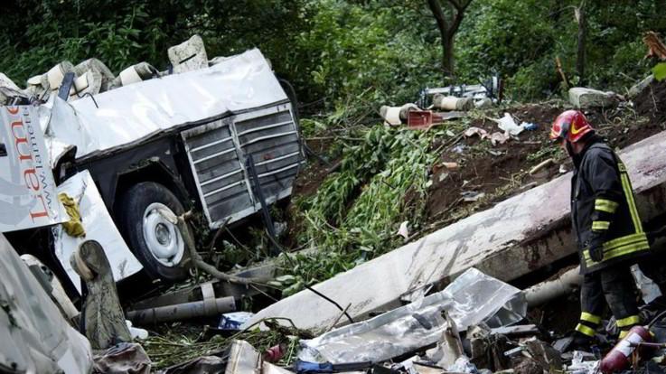 Strage bus Avellino, assolto l'ad di Autostrade. Ira delle famiglie delle 40 vittime
