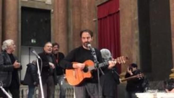 """Venti anni senza Faber, Neri Marcoré omaggia De Andrè cantando """"Il Pescatore"""""""