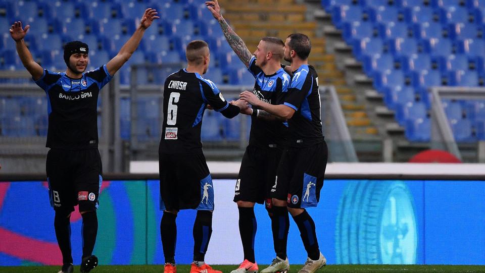 Il Novara fa 4-1 con il rigore di Eusebi, che esulta con i suoi compagni ©
