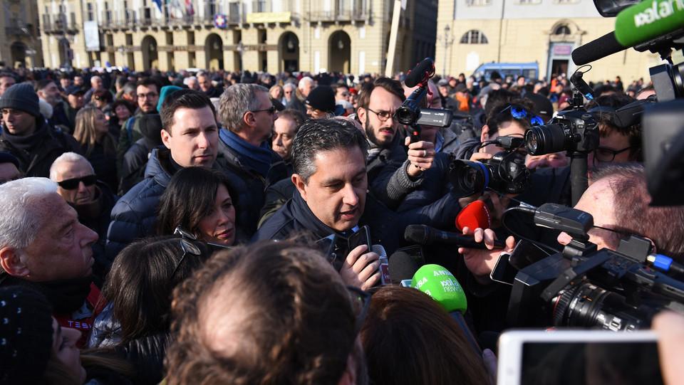Il governatore ligure Toti in piazza ©