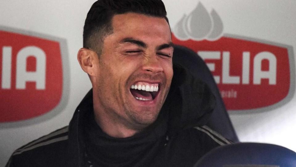 Ronaldo se la ride in panchina ©