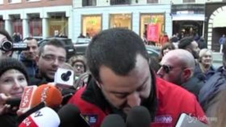 """Salvini: """"Ho la giacca di una onlus. Spero che Saviano e Renzi non si arrabbino"""""""