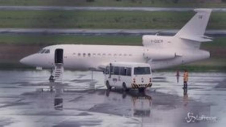 Battisti sale sull'aereo italiano giunto in Bolivia