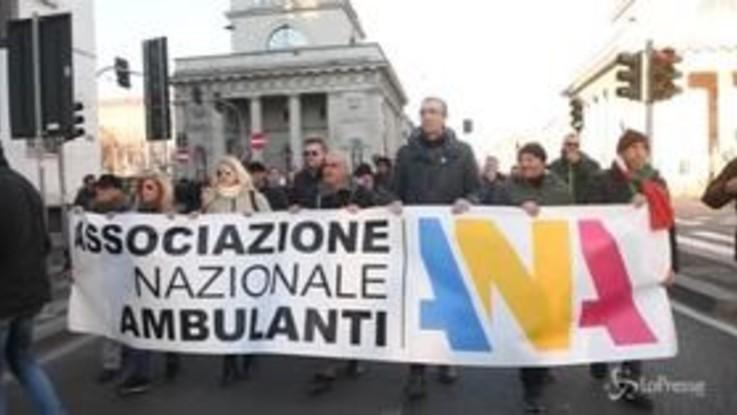 Milano, blocco dei furgoni euro 1-2: le immagini del corteo protesta dei venditori ambulanti