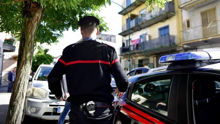 """Torino, uccide il figlio strozzandolo con un cavo del pc. Poi chiama i carabinieri: """"Venite a prendermi"""""""