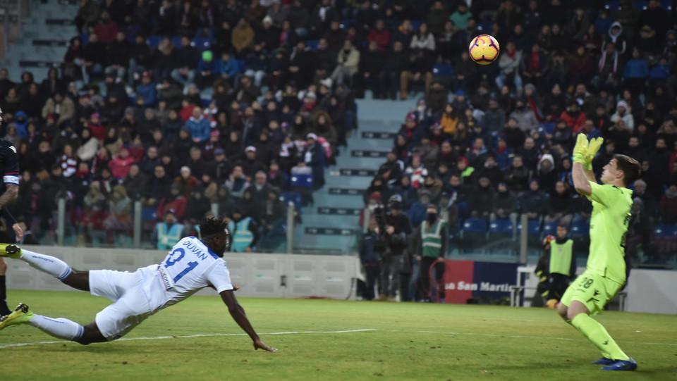 Zapata in scivolata fa 1-0 ©
