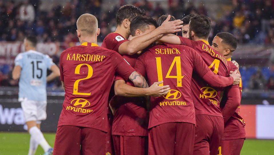 I compagni abbracciano Schick dopo l'1-0 ©