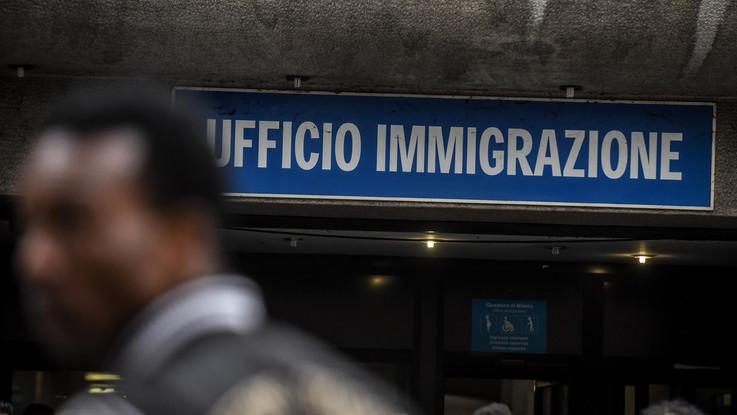 Lombardia, falsi permessi di soggiorno: 7 arresti, anche poliziotto e finanziere