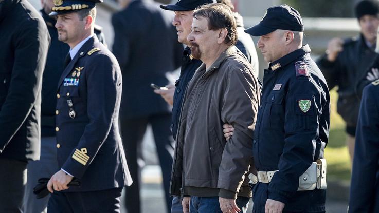 """Le prime parole di Cesare Battisti dopo l'arresto: """"È tutto finito, sono malato e cambiato"""""""