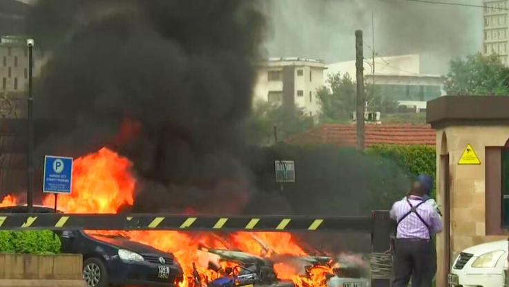 Kenya, esplosione e spari in hotel a Nairobi. Al Shabaab rivendica l'attacco