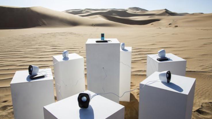 I Toto suonano senza sosta nel deserto: l'originale installazione nella Namibia