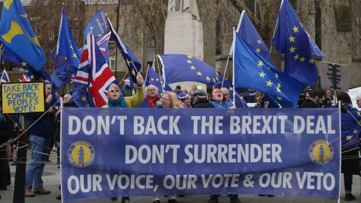 """Caos Brexit, Barnier: """"Il rischio di un no deal non è mai stato così alto"""". Oggi si vota la mozione di sfiducia"""