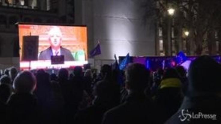 Il Parlamento boccia l'accordo sulla Brexit: a Londra festeggiano i pro-Ue