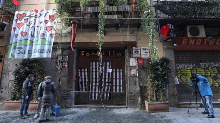Napoli, bomba contro la pizzeria Sorbillo: le immagini dei danni