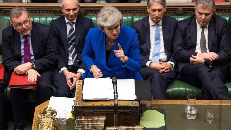 """Brexit, il governo di Theresa May ottiene la fiducia. Corbyn: """"Rimuova ipotesi no deal"""""""