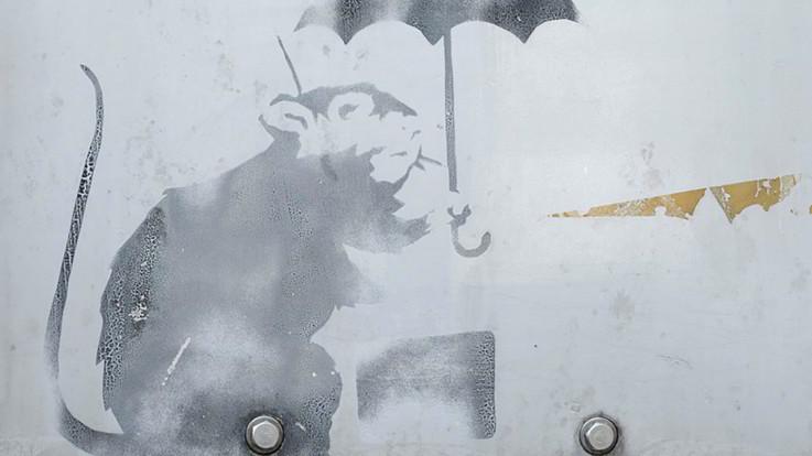 """Un topo con un ombrello sul muro, Tokyo s'interroga: """"È un'opera di Banksy?"""""""