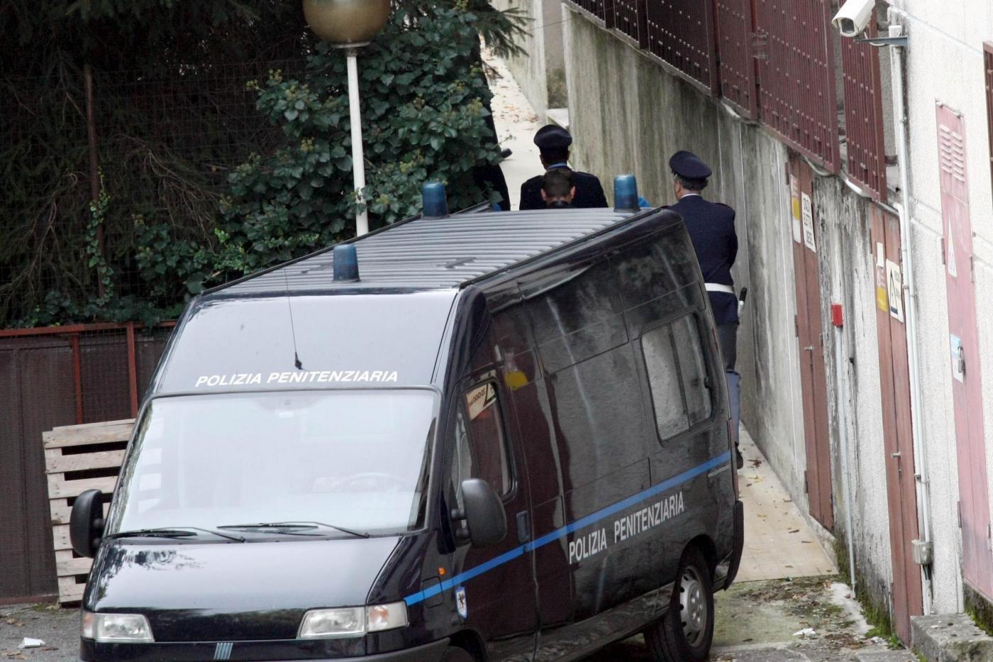 Cuneo, lancio di bombolette di gas e coperte incendiate: tentativo di rivolta in carcere