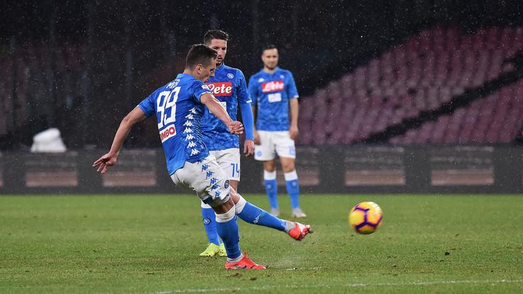 Callejon e Milik, il Napoli piega una buona Lazio: 2-1
