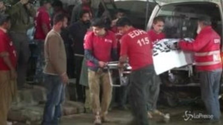 Pakistan, scontro autobus-camion: decine di morti