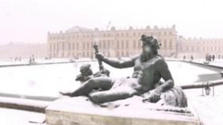 Parigi coperta dalla neve: le immagini della Reggia di Versailles imbiancata