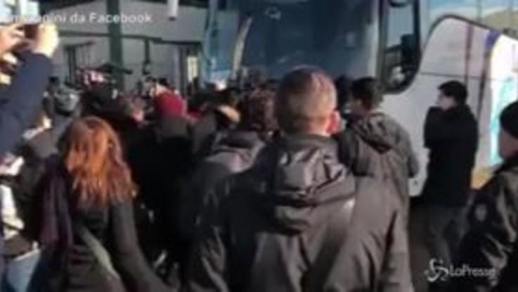 Castelnuovo, deputata Leu blocca il bus dei migranti