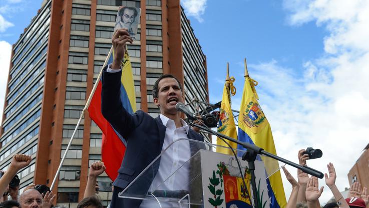 """Caos in Venezuela, Guaido si autoproclama presidente. Trump è il primo a riconoscerlo Maduro: """"Via diplomatici Usa dal Paese"""""""