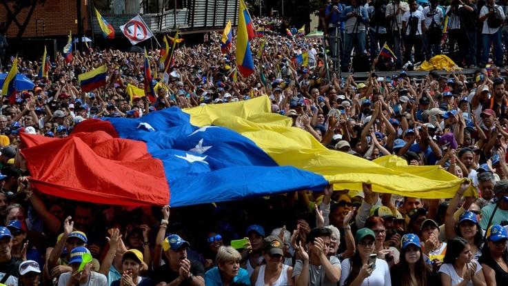 Venezuela, Guaido sfida Maduro, Mosca accusa i Paesi occidentali di interferenza. Tredici morti negli scontri