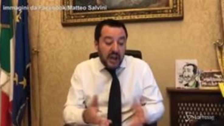 """Scritte sui muri a Milano, Salvini: """"Le forze dell'ordine becchino questi deficienti"""""""