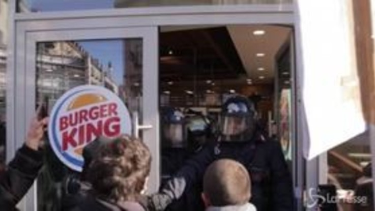 Tensioni al flash mob contro il Burger King all'università di Torino