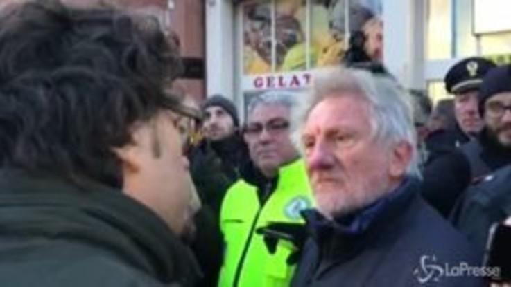 """Pioltello, Toninelli contestato da un pendolare: """"La pianti di dire stupidate"""""""