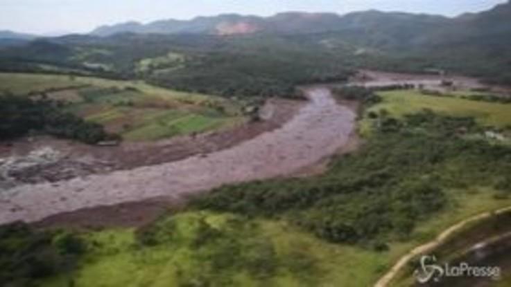 Brasile, cede diga di scarti minerari: 9 morti e 300 dispersi