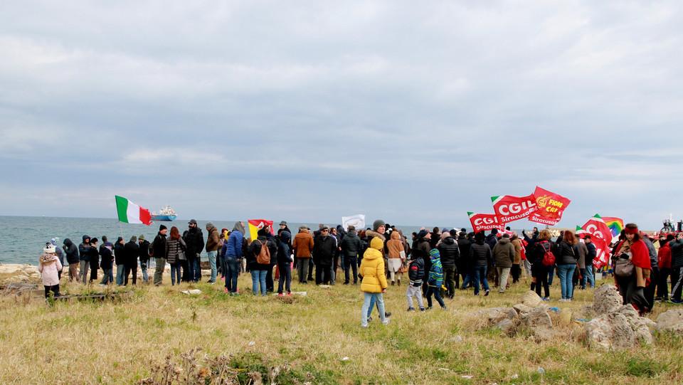 La manifestazione per l'accoglienza dei migranti della Sea Watch a Siracusa ©