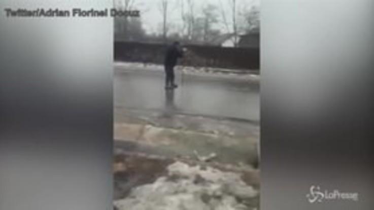 Romania, pattinaggio sull'asfalto ghiacciato