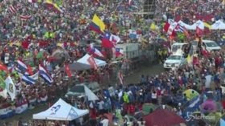 Bergoglio sfila per le strade di Panama
