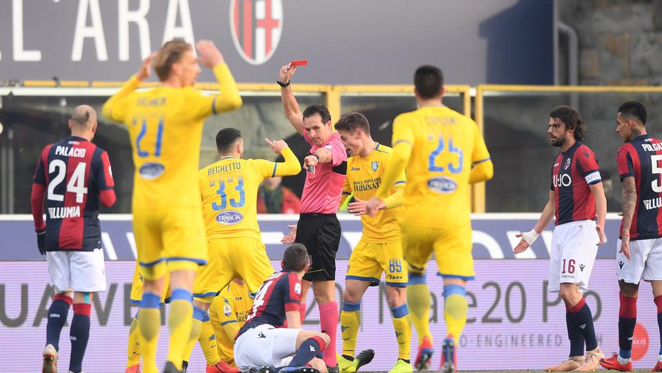 13' Rosso per  Mattiello. Il Bologna resta in 10 ©
