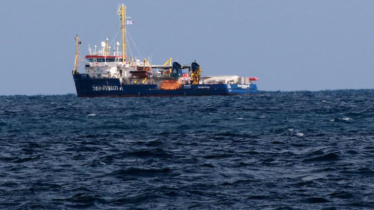 Sea Watch, il Pd vuole salire a bordo, ma la Capitaneria vieta di avvicinarsi alla nave