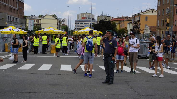Profughi sfruttati per la sicurezza ai grandi concerti: 4 arresti a Reggio Emilia
