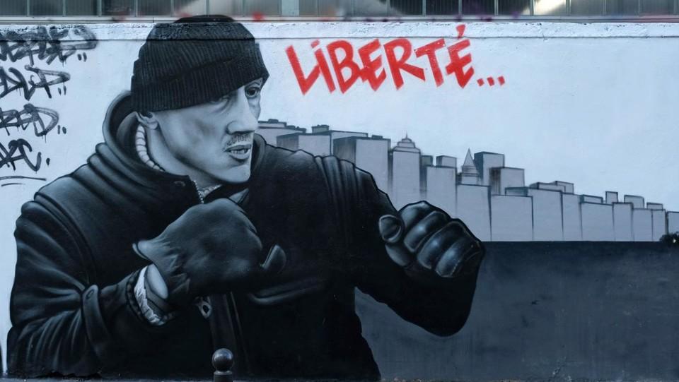 Risultati immagini per Parigi, si scatena la street art dei Gilet gialli FOTO